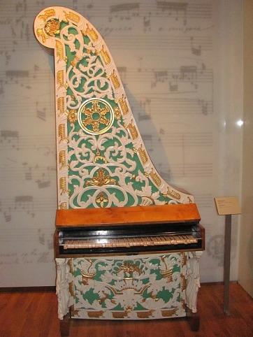 9.1275404555.giraffe-piano